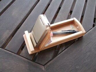 シンプルなスマートフォン立てと小物入れ台の画像