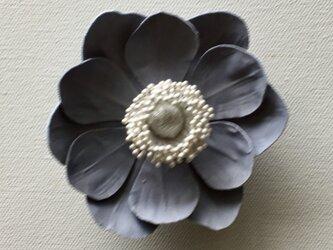 アネモネの布花コサージュ‐グレー-の画像