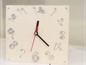 ナチュラルな木の時計の画像
