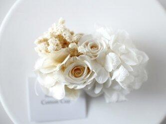 白いお花のヘアクリップの画像