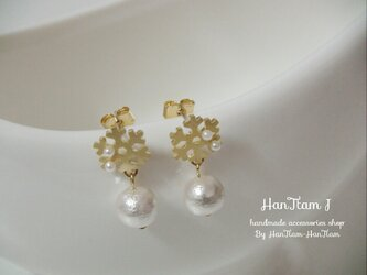 【HanTtam J】  gold snowflakes × cotton pearl ピアスの画像