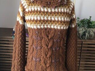ケーブル編タートルネックセーターの画像