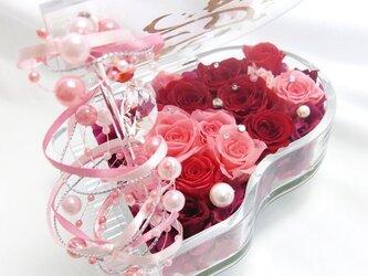 【プリザーブドフラワー/グランドピアノシリーズ】ピンクと赤い薔薇とパールの恋する輝く涙の画像