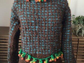 首、ウエスト飾りのついたロールカラーのセーターの画像