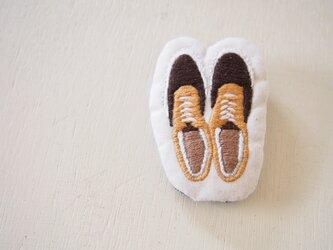 スニーカー刺繍のワッペンブローチ orangeの画像