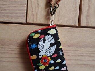 クラッチタイプの小鳥ラウンドファスナー財布の画像