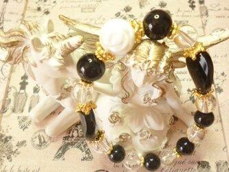 ホワイトシェル薔薇&オニキス&水晶ブレスレットの画像