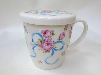 手描きのマグカップ(蓋付き)青いリボンの花束の画像
