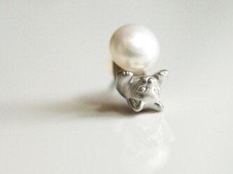 パールと猫のピアス/シルバー 片耳の画像