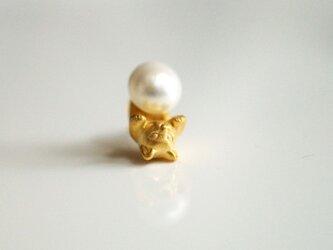 パールと猫のピアス/ゴールド 片耳の画像