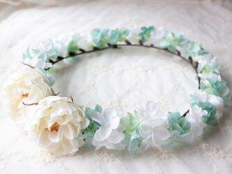花かんむり  ホワイトローズとホワイト&ペールブルーのアジサイの花冠の画像