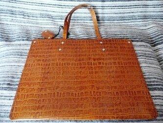 手縫いの超薄いシンプルなクロコ型押し手提げバッグの画像