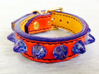 ガラスコニカルブレスレット オレンジ ダークブルーステッチの画像