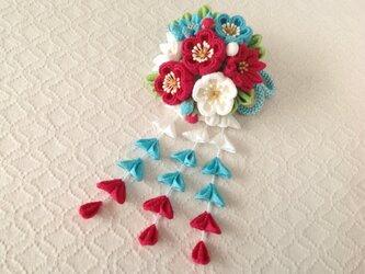 〈つまみ細工〉藤下がり付き梅と小菊と江戸打ち紐の髪飾り(白と水色と紅梅)の画像