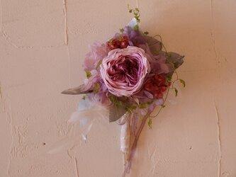 パープルピンクのオールドローズコサージュの画像