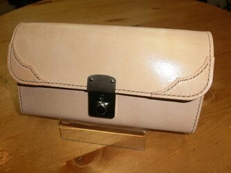 ヌメ革の錠前財布の画像