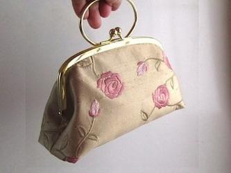 がま口型ポーチバッグ (スエーデン製の刺繍ファブリク)の画像