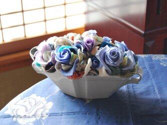和布とプリザーブドローズの装花 ー プリばらワーク うすぎぬの青の画像