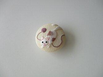 猫と毛糸だまの帯留めの画像