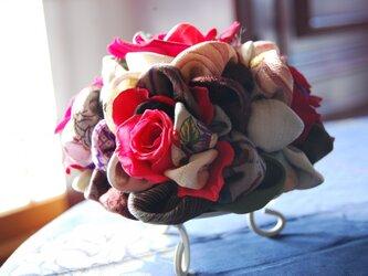 和布とプリザーブドローズの装花ー プリばらワーク 花すおうの画像