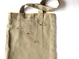 ウッドランプシェードの手刺繍リネンぺたんこショルダーバッグの画像