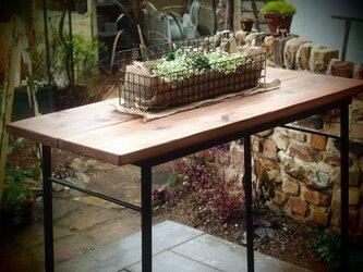 無垢杉板を使用したアイアン製テーブルの画像