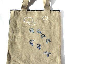 ツバメだらけの手刺繍リネンぺたんこバッグの画像