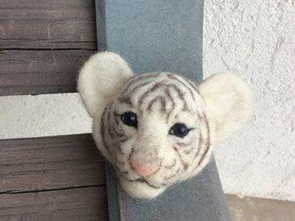 [ 再出品 ]  子トラのブローチ( ホワイト )の画像