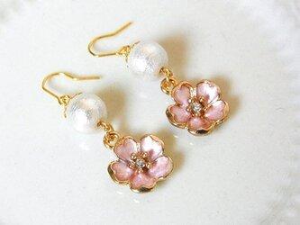 コットンパールと桜のピアス(イヤリング変更可)の画像