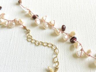 薄ピンクのシルク糸とガーネット&パールのネックレスの画像