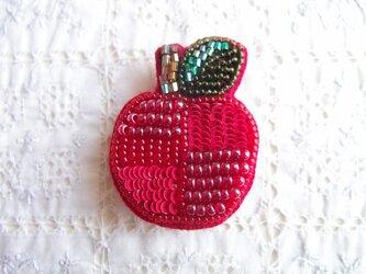 真っ赤な つぎはぎりんごのブローチ の画像