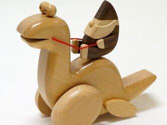 妖精(ドワーフ)と恐竜……歩くオルゴールの画像