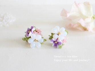 紫陽花のブーケ★ヨーロピアンビーズとペリドットの刺繍イヤリングの画像