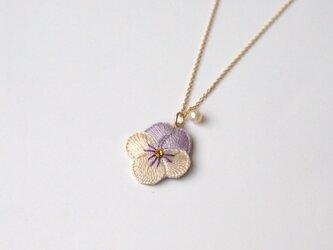 [受注制作]ビオラの刺繍ネックレス(薄紫×アイボリー)の画像