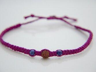 ルドラクシャとラピスラズリのヘンプ編みブレスレットI(赤紫色)の画像