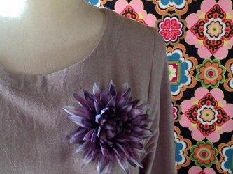 ダリアのコサージュ(黒紫)の画像
