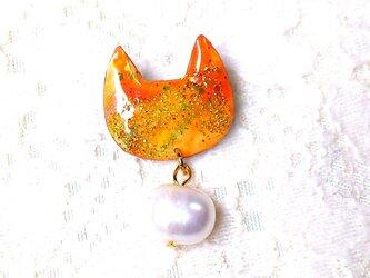 淡水パールとラメの猫型ブローチPオレンジの画像