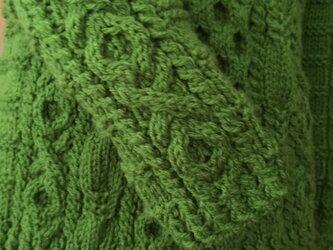 丸バツ模様のアラン模様セーターの画像