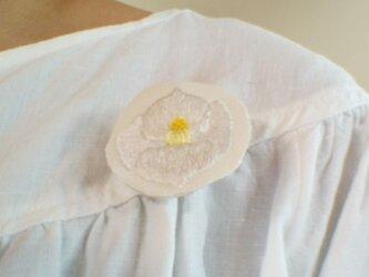 つやめく白の椿のブローチの画像