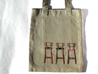 バックスタイルチェアの手刺繍リネンぺたんこバッグの画像