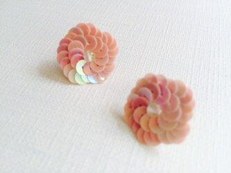 お花モチーフ スパンコールピアス オーロラピンクの画像