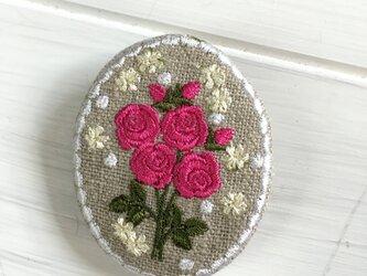 楕円型刺繡ブローチ リネン  バラ(濃いピンク)の画像