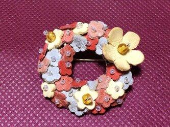 革の小花ブローチ ピンク系の画像