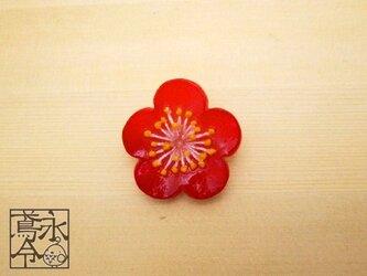 ブローチ 赤色の梅の画像