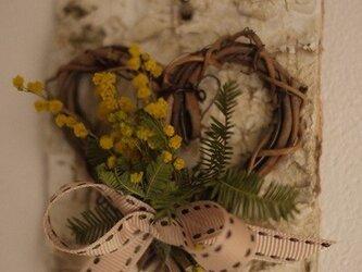 白樺の森のミモザリース(ハート)の画像