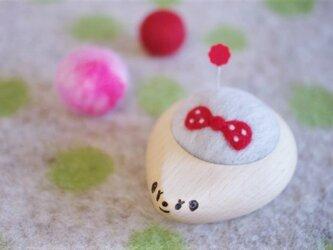 ハリネズミの羊毛ピンクッション【針山】みずたまリボン 赤色の画像