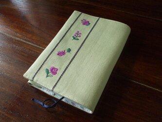 小花刺繍の文庫本ブックカバー ベージュの画像