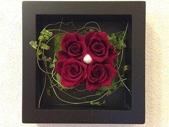 プリザーブドフラワー 壁掛け  誕生日 結婚祝い 花 ギフト プレゼント 額 木製 フレーム レッドの画像