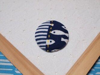藍を泳ぐ魚の手ぬぐいブローチの画像