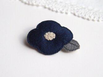 [受注制作]お花の刺繍ブローチ(navy)の画像